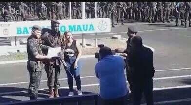 Comemorações dos 81 anos do Batalhão Mauá de Araguari começam nesta sexta-feira - Ao todo, 142 jovens receberam graduação. Eles receberam boina das mãos do comandante do batalhão. Ainda dentro das celebrações ocorrerá no domingo (21) uma corrida.