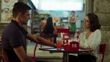 Carla sente ciúmes de Neide com Marco - Neide e Marco conversam animados no Baixadas e Thiago implica com a mãe