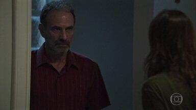 Elias questiona Helena sobre seu relacionamento com Rogério - Ela fica surpresa com a vsiita dele
