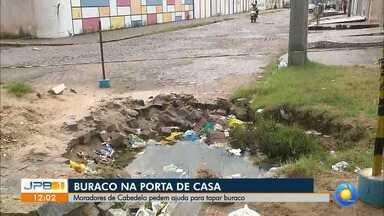 Cratera na porta de casa em Cabedelo - Moradores de Cabedelo pedem ajuda para tapar buraco.