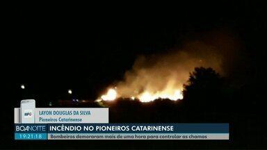 Incêndio atinge terreno baldio no Pioneiros Catarinense em Cascavel - Bombeiros demoraram mais de uma hora para controlar as chamas.