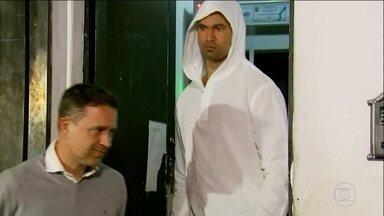 Ex-goleiro Bruno deixa a prisão em Varginha - Jogador vai cumprir o restante da pena em casa.