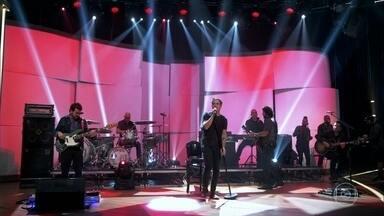 """Jota Quest canta """"As Dores do Mundo"""" - Banda agita a plateia com sucesso de Hyldon"""
