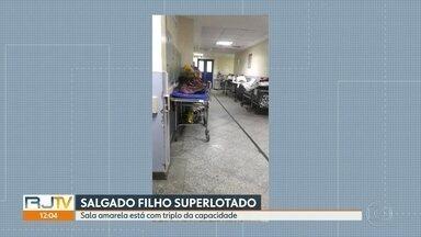 Pacientes reclamam de superlotação no hospital Salgado Filho, no Méier - Funcionários contaram que a sala amarela da unidade está com o triplo da capacidade. Eles também denunciam que falta o básico para o atendimento.