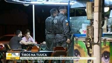Mulher é baleada em assalto a quiosque na Tijuca - Assalto aconteceu em um quiosque de alimentação na esquina da Avenida Heitor Beltrão com Carmela Dutra, na Tijuca. Mulher foi levada para o hospital e liberada logo em seguida.