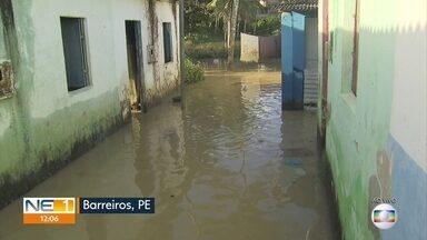 Famílias retornam a casas inundadas após chuva em Barreiros - Moradores desse município na Zona da Mata de Pernambuco enfrentam prejuízos desde que o nível do Rio Una subiu.