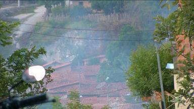 Bairros de Caxias sofrem com a fumaça provocada pela queima do lixo da cidade - A estiagem contribui com a disseminação da fumaça que está atingindo cinco bairros da cidade.