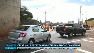 Obras na avenida 10 de Dezembro interditam mais um trecho da via - Motoristas devem evitar a região da rodoviária pelos próximos três meses.