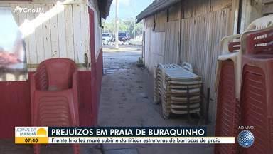 Trabalhadores da praia de Buraquinho enfrentam prejuízos após a maré danificar barracas - Com a força da água, as estruturas dos estabelecimentos ficaram prejudicadas.