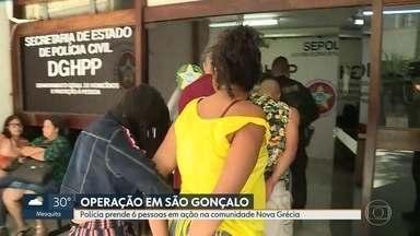 Polícia faz operação em São Gonçalo para cumprir mandados de prisão contra traficantes - Os criminosos atuam na favela Nova Grécia e são conhecidos por fazer arrastões no entorno da comunidade. Um dos alvos é Alessandro Luiz Vieira Moreira, que seria o chefe do tráfico de drogas do local.