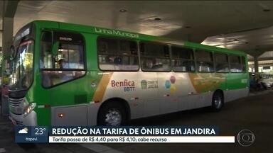 Redução na tarifa de ônibus em Jandira ainda não entrou em vigor - A população de Jandira vai ter que esperar mais um pouco pela redução de R$ 0,30 na tarifa do ônibus. Mesmo com a determinação da Justiça, a medida ainda não entrou em vigor, e os passageiros estão pagando R$ 4,40.