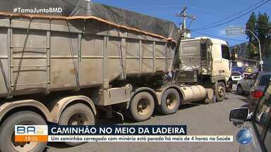 Caminhão carregado de minério de ferro fica preso em rua do bairro da Saúde - O trânsito está complicado nas imediações da travessa Marquês de Barbacena.