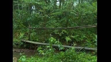 Famílias do distrito de Arroio Grande reclamam de falta de ponte - Moradores improvisaram um tronco de madeira para conseguirem se locomover.