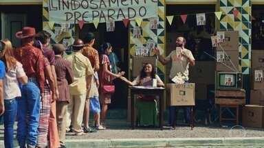 Belinha e Lindoso distribuem televisores para o povo - Socorro pega um aparelho para ela. Francis não gosta da distribuição de televisores