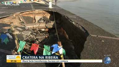 Força da maré abre cratera na orla da Ribeira - O grande buraco oferece risco para os pedestres nas imediações da igreja da Penha.