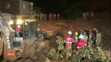 Sobe para 12 o número de mortes por causa das chuvas na região metropolitana do Recife - A maioria foi vítima de soterramento. O corpo da última vítima, uma mulher grávida, foi encontrado no final da noite.
