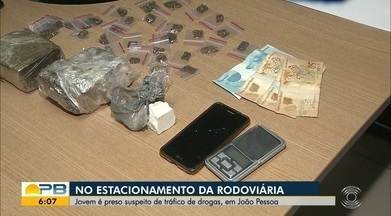 Jovem é preso no estacionamento da rodoviária de João Pessoa suspeito de tráfico de drogas - Jovem contou à polícia que iria trocar a droga por uma arma. Também foi apreendida uma balança de precisão.
