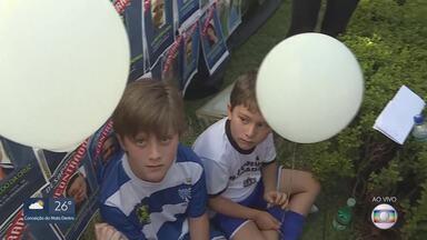 Balões brancos simbolizam as 270 vítimas do rompimento da barragem da Vale, em Brumadinho - A tragédia completa seis meses nesta quinta-feira.