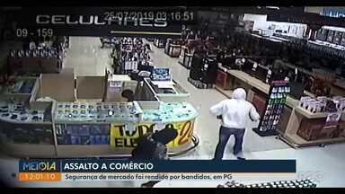 Ponta Grossa registra cinco roubos a comércios em um dia; veja imagens dos assaltos - Em um dos casos, de roubo a supermercado, o vigilante foi rendido pelos ladrões.
