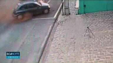 Mulher morre em acidente no centro de Guarapuava - O carro em que ela estava foi atingido por um ônibus do transporte coletivo.