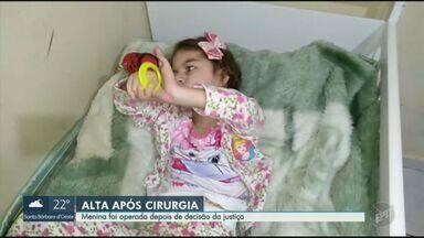 Criança recebe alta do HC da Unicamp após cirurgia para tratar refluxo e hérnia de hiato - Nicolly tem 6 anos e estava internada na unidade de Campinas desde 27 de julho, quando conseguiu a transferência por liminar judicial. Ela voltou nesta quinta (25) para casa, em Mogi Mirim (SP).