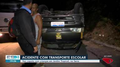 Van escolar que levava crianças capota em Jardim Tropical, na Serra, ES - Segundo a motorista, três crianças tiveram ferimentos leves e foram para o Hospital Infantil de Vitória. Todas usavam o cinto de segurança.