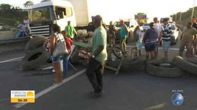 Moradores da localidade de Terracom, no bairro de Valéria, fazem protesto na BR-324 - Eles reclamam dos constantes alagamentos na comunidade. A manifestação deixou o tráfego lento no local.