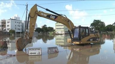Chuvas poderiam ter causado menos estragos em PE se obras importantes estivessem prontas - Milhares de pessoas estão desalojados; 12 morreram.