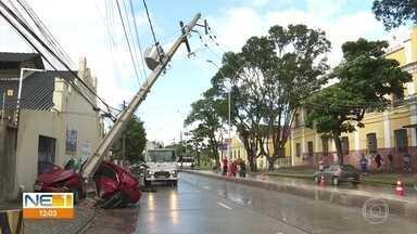 Motorista fica preso às ferragens após bater o carro em poste na Avenida Norte, no Recife - Energia na área do acidente precisou ser desligada para troca do poste atingido pelo veículo.