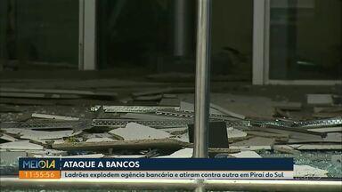 Ladrões atacam agências bancárias e atiram em moradores de Piraí do Sul - Na fuga, os bandidos atiraram contra um carro onde estavam três pessoas. Elas tiveram ferimentos leves.