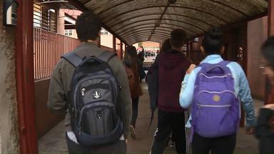Alunos da rede estadual voltam às aulas nesta segunda-feira (29) - De acordo com o Núcleo Regional de Educação (NRE) de Londrina, 84 escolas aderiram à paralisação, a maioria parcialmente. Todas já apresentaram plano de reposição ao NRE. Parte das escolas deu conta da reposição na semana passada (de 22 a 26/07), enquanto o restante realizará reposição aos sábados.