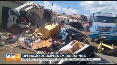 Operação de limpeza retira 50 toneladas de lixo de casa em Taguatinga - Trabalho levou dois dias e foi necessário o uso de uma retroescavadeira. Morador sofre com Síndrome de Diógenes, doença que leva a pessoa a acumular objetos.
