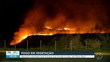 Fogo em vegetação atrapalha motoristas na Dutra, em Porto Real - Queimada atingiu área de pasto às margens da rodovia.