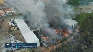 Incêndios nesta segunda-feira atingem depósito de recicláveis e terreno na região - Em Sumaré, o fogo atingiu um depósito de recicláveis. Em Campinas, as chamas foram em um terreno.