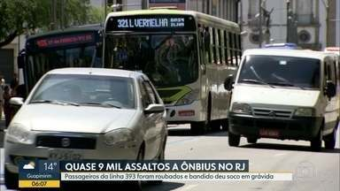 Quase nove mil assaltos a ônibus foram registrados no RJ este ano - Na noite desta segunda (29), passageiros da linha 393 foram roubados em Deodoro. Uma grávida foi agredida pelos bandidos.