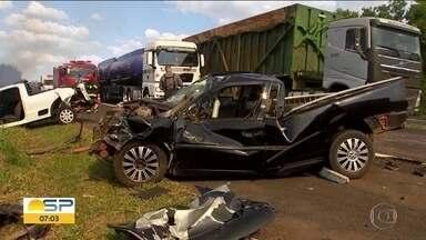 Engavetamento em Araçatuba - Fumaça de um incêndio cobriu a pista e atrapalhou os motoristas.
