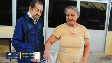 Paciente com câncer se casa no Hospital de Apoio - Jair Rodrigues dos Santos tem câncer na faringe e esperou 21 anos pela noiva, Euma Edite Barbosa. A cerimônia, dentro do hospital, contou com a ajuda de voluntários.