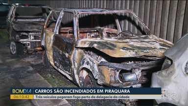 Três carros são incendiados em frente a Delegacia de Piraquara - Automóveis haviam sido apreendidos e estavam estacionados na rua.