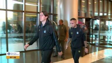 Após quatro horas de viagem, Grêmio desembarca em Assunção - Assista ao vídeo.