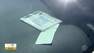 Vagas para deficientes físicos são usadas de maneira irregular - Infração de trânsito pode gerar multa ao motorista.