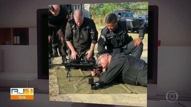 """Governador posa de farda do Bope e fuzil de 'sniper' - Uma foto que circula nas redes sociais mostra Wilson Witzel vestido com uma farda do Bope e portando um fuzil de 'sniper'. A publicação foi feita por um assessor que disse que o governador estava """"treinando a mira"""""""