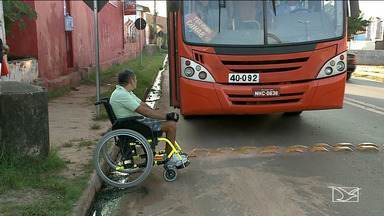 Falta de acessibilidade em paradas de ônibus complica a vida de deficientes na capital - Cadeirantes do bairro Parque Vitória reclamam da falta de condições para conseguir se locomover pelas ruas do bairro.