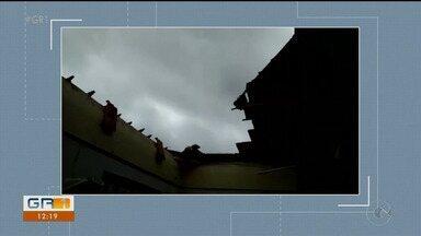 Parte de teto de escola desaba em horário de aula em Caruaru - Houve correria e uma professora ficou ferida.