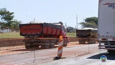 Troca de asfalto em trecho da Rodovia BR-153 em Rio Preto mexe com a rotina de motoristas - Troca de asfalto em trecho da Rodovia BR-153 em Rio Preto mexe com a rotina de motoristas