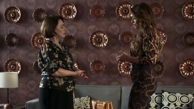 Evelina não revela a Maria da Paz sua estranheza com a proximidade entre Régis e Jô - Ela incentiva a filha a cobrar que o playboy encontre um trabalho