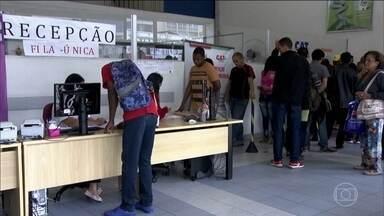 Brasil tem 12,8 milhões de desempregados, segundo o IBGE - A taxa de desemprego caiu, mas o que preocupa é a qualidade dos empregos. O rendimento médio do trabalhador caiu 1,3,% em relação ao 1º trimestre de 2019.