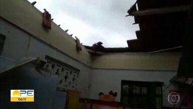 Defesa Civil de Caruaru vistoria escola em que telhado desabou - Estrutura estaria infestada de cupins e atingiu uma professora.