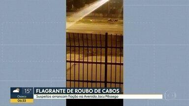 Homens roubam cabos na Av. Jacu-Pêssego - Flagrante foi gravado na madrugada desta quinta-feira.