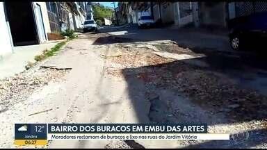 Moradores reclamam de buracos e lixo em bairro de Embu das Artes - Porta-voz da Prefeitura fala sobre os problemas, por telefone, ao vivo.