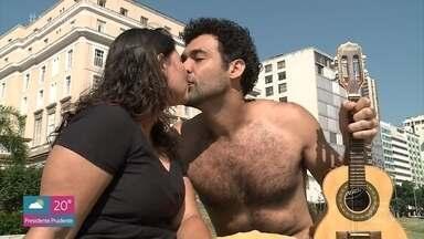 Tendência de peitos masculinos peludos está de volta - Veja a quantidade de astros que voltou a assumir os peitos peludos! O 'Mais Você' conversou com quem aprova a novidade e quem prefira o peito lisinho